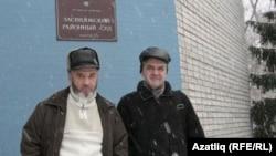 Урысларны мәсхәрәләүдә гаепләнүче Наил Микеев белән Равил Тимербулатов мәхкәмә бинасы алдында