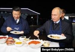 Imaginea este din septembrie 2018, de la o reuniune la Vladivostok între liderul chinez, Xi Jinping, și cel rus, Vladimir Putin