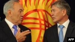 Қазақстан президенті Нұрсұлтан Назарбаев (сол жақта) пен Қырғызстан президенті Алмазбек Атамбаев. Бішкек, 22 тамыз 2012 жыл.