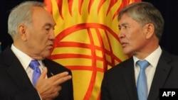 Қазақстан президенті Нұрсұлтан Назарбаев (сол жақта) пен Қырғызстан президенті Алмазбек Атамбаев. Бішкек, тамыз, 2012 жыл.