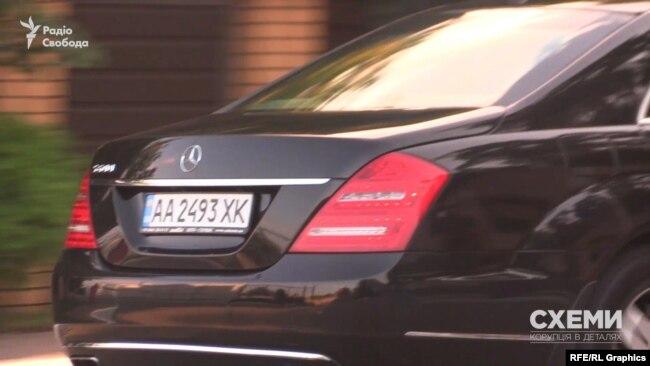Слідом за кортежем олігарха до котеджного містечка заїхав і броньований Mercedes