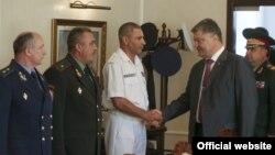 Петро Порошенко вітається з генерал-лейтенантом Ігорем Воронченком, Одеса, 3 липня 2016 року