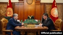 Президент Алмазбек Атамбаев менен премьер-министр Сооронбай Жээнбеков.