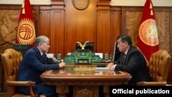 Алмазбек Атамбаев и Сооронбай Жээнбеков. Архивное фото.