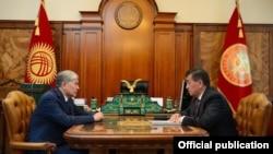 Президент Кыргызстана Алмазбек Атамбаев (слева) и премьер-министр страны, кандидат в президенты от партии СДПК Сооронбай Жээнбеков.