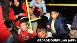 شماری از شهروندان در حال عزیمت به منطقه شیخ مقصود که تحت کنترل گروههای کـُرد است