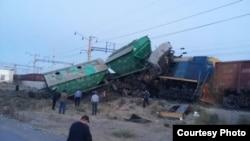 Сошедшие с рельсов тепловоз и вагоны на железнодорожном тупике близ Шымкента, 8 сентября 2015 года.