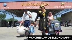 Қырғызстанның Өзбекстанмен шекарасындағы өткізу бекеті (Көрнекі сурет).