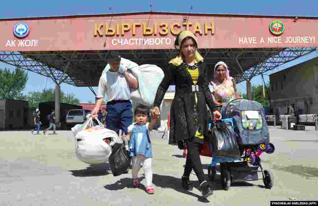 People walk through a frontier check point at the Kyrgyz-Uzbek border in Kara Suu, some 500 kilometers southeast of Bishkek. (AFP/Vyacheslav Oseledko)