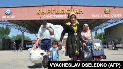 Люди пересекают узбекско-кыргызскую границу в в городе Кара-Суу, 12 мая 2017 года.