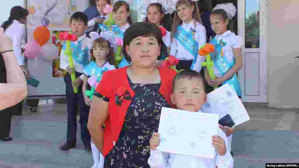 Семилетний Нурсултан в этом году окончил с пятерками второй класс, получил грамоту. Его мать Аяулым – учительница начальных классов в школе села Жалгамыс. Алматинская область, 23 мая 2015 года.