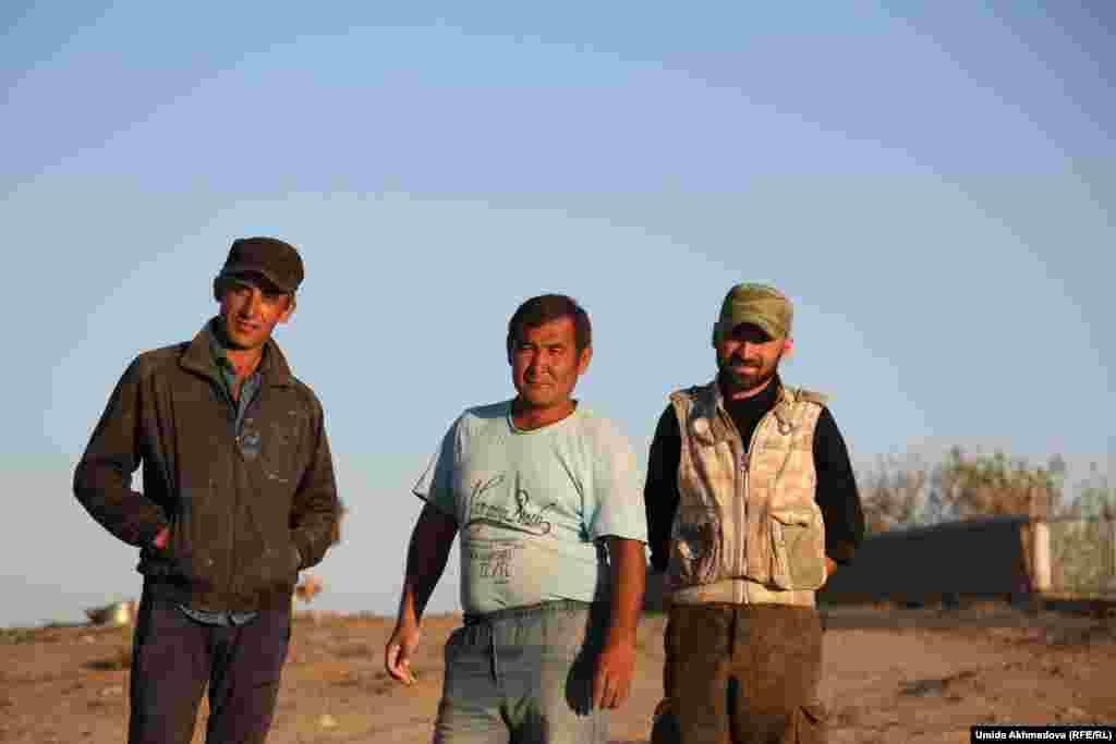 Этнический казах Мурат (в центре) с друзьями-таджиками. Жители Атакоргана рассказывают, что раньше, когда здесь жили в основном казахи, таджики ходили в казахскую школу и выучили язык. Между собой Мурат и его друзья общаются на казахском.