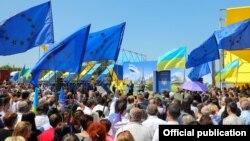 Былтыр Украинанын жарандары биометрикалык паспорт менен Евробиримдик өлкөлөрүнө визасыз каттоого мүмкүнчүлүк алышты. Украина менен Словакиянын чек арасындагы салтанат. 11-июнь, 2017-жыл.