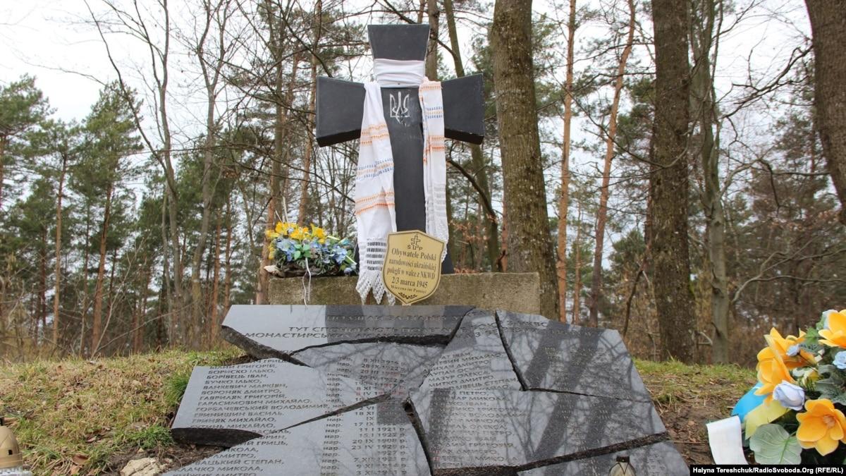 Польша не возобновила разрушенный вандалами памятник воинам УПА на горе Монастырь