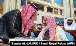 محمد بنسلمان (چپ) در کنار عبدالعزيز بنعبدالله آلالشيخ مفتی بزرگ عربستان سعودی