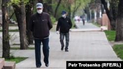 Люди на улице Алматы, 14 апреля 2020 года.