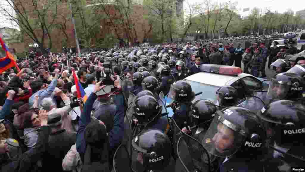 Армения - Столкновения полиции с оппозицией в Ереване, 9 апреля 2013 г.