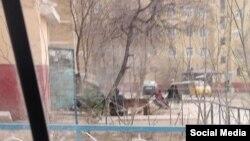 В последний путь Гульчехру Раимову проводили из этого многоэтажного дома в городе Нукусе. Фото сделано 19 марта 2019 года.