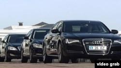 Служебные автомобили казахстанских чиновников. Астана, 24 апреля 2012 года.