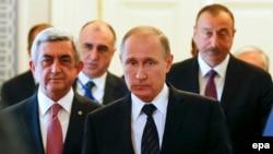 Президенты России Владимир Путин (впереди), Армении Серж Саргсян (слева) и Азербайджана Ильхам Алиев на встрече в Санкт-Петербурге, 20 июня 2016 года.