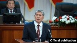 Алмазбек Атамбаев қирғиз парламентида чиқиш қилмоқда.