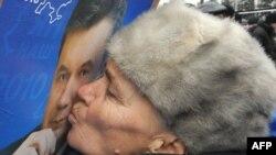 Украина президенттігіне кандидат болған Виктор Януковичті қолдаушы Орталық сайлау комиссиясының алдындағы шеруде оның суретін сүйіп тұр. Киев. 10 ақпан 2010 жыл.