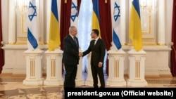 Президент Украины Владимир Зеленский (справа) и премьер-министр Израиля Беньямин Нетаньяху