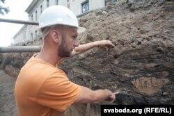Пераадкладзены слой: карычневая гліна перамяшаная з чорным грунтам