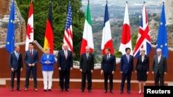Президент Європейської ради Дональд Туск (ліворуч) і голова Європейської комісії Жан-Клод Юнкер (крайній праворуч) позують з лідерами «Великої сімки» 26 травня.