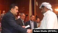 وزير حقوق الانسان محمد شياع السوداني يوزع التعويضات