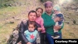 Асемгуль Алтынбек кызы с семьей. Фото опубликовано с разрешения ее родственницы – Айымгуль Турдакун кызы.