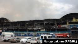 """Сгоревшее здание торгового центра """"Адем"""" в Алматы, 27 апреля 2015 года."""