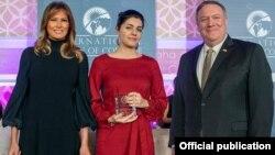 Слева направо: первая леди США Мелания Трамп, журналистка Люси Кочарян, госсекретарь США Майк Помпео, Вашингтон, 4 марта 2020 г. (Фотография - страница посольства США в Армении в Facebook)