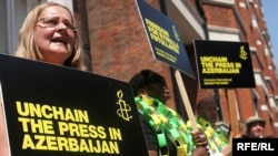 Great Britain – Protesters outside the Azeri Embassy in London demand press freedom in Azerbaijan, 29Jun2009