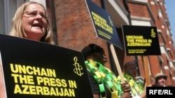 Great Britain – Protesters outside the Azeri Embassy in London demand press freedom in Azerbaijan, 29Jun2009