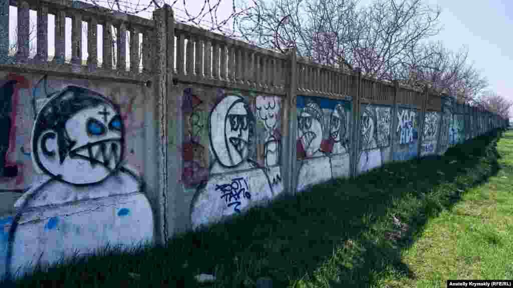 Як і паркан міських очисних споруд по сусідству з територією музею-заповідника