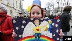 """Участница """"Марша мира"""" в Москве 15 марта 2014 года"""