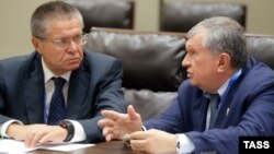 Economy Minister Aleksei Ulyukayev (left) and Rosneft chief Igor Sechin speak at a meeting in September 2016.