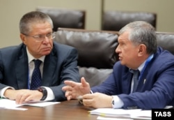 Aleksei Ulyukayev (left) and Rosneft President and Chairman Igor Sechin earlier this year.