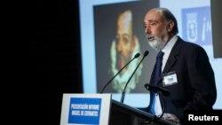 Експерт Франсіско Ечеберрія виступає в Мадриді на тлі портрету Мігеля де Сервантеса, 17 березня 2015 року