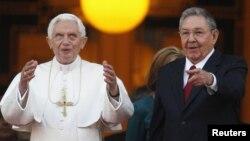 Рим папасы 16 Бенедикт (сол жақта) Гаванада Куба президенті Рауль Кастромен кездесті. Гавана, 27 наурыз 2012 жыл.