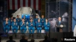 Астронавт болууга талапкерлер жана вице-президент Майк Пенс. Хьюстон, 07.06.2017.