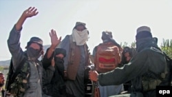 Taliban fighters withdraw from Buner on April 24.
