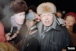 After seven years of Gorky exile, Andrei Sakharov returns to Moscow on December 23, 1986.