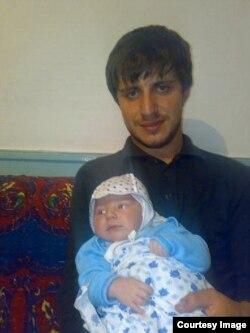 Ильдархан Ризаханов со своим больным ДЦП сыном Яхья незадолго до ареста