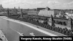 Вид на Кремль со стороны Софийской набережной, 1958