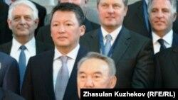 Нурсултан Назарбаев в бытность президентом Казахстана (в нижнем ряду) на встрече с бизнесменами. Во втором ряду — Тимур Кулибаев, зять Назарбаева