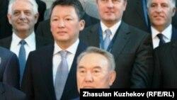 Нурсултан Назарбаев, в ту пору президент Казахстана (в нижнем ряду), фотографируется с иностранными инвесторами. За ним — Тимур Кулибаев, зять Назарбаева, а затем председатель правления фонда «Самрук-Казына». Астана, 18 мая 2011 года.