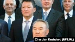 Президент Казахстана Нурсултан Назарбаев фотографируется с участниками Совета иностранных инвесторов, рядом слева его зять Тимур Кулибаев, председатель правления фонда «Самрук-Казына». Астана, 18 мая 2011 года.