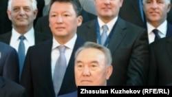 Қазақстан президенті Нұрсұлтан Назарбаев (ортада), күйеу баласы Тимур Құлыбаев (Назарбаевтың оң жағында). Астана, 18 мамыр 2011 жыл.